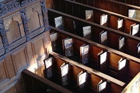 Gebetbuchfächer im Kastengestühl: Zu sehen sind die Andachts- und Erbauungsblättchen, aus dem 17. Jahrhundert, in den Gebetbuchfächern der St.-Jakobi-Kirche