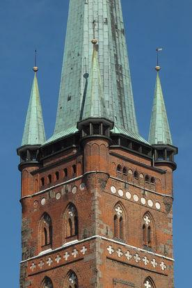 Der Turm von St. Petri in Nahansicht mit Aussichts-Umgang  - Copyright: Ev.-Luth. Kirchenkreis Lübeck-Lauenburg