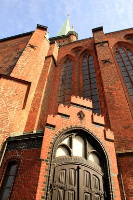 Ein Seiteneingang und die Fassade von St. Petri - Copyright: Ev.-Luth. Kirchenkreis Lübeck-Lauenburg