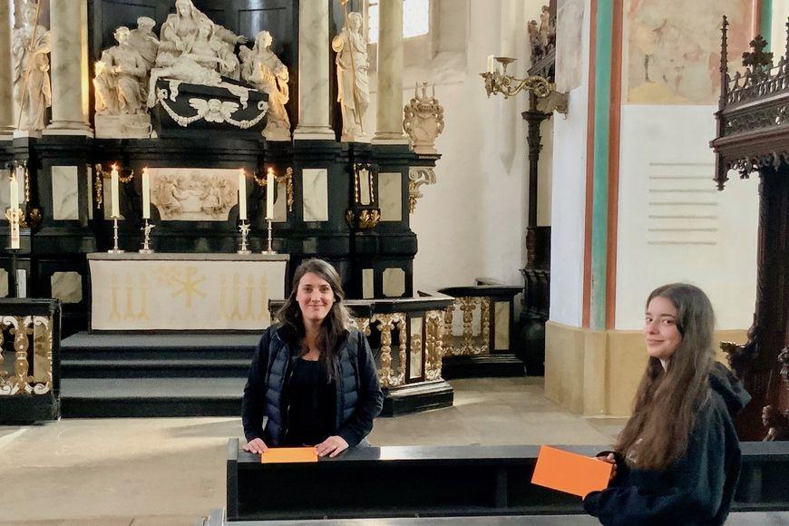 Marina und Paula Niemeyer kennzeichnen die Plätze für den Gottesdienst am 10. Mai. - Copyright: Lutz Jedeck