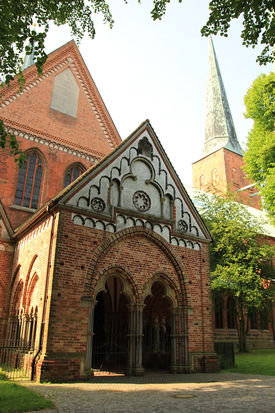 Blick auf den Eingang mit der Paradies-Vorhalle - Copyright: Ev.-Luth. Kirchenkreis Lübeck-Lauenburg