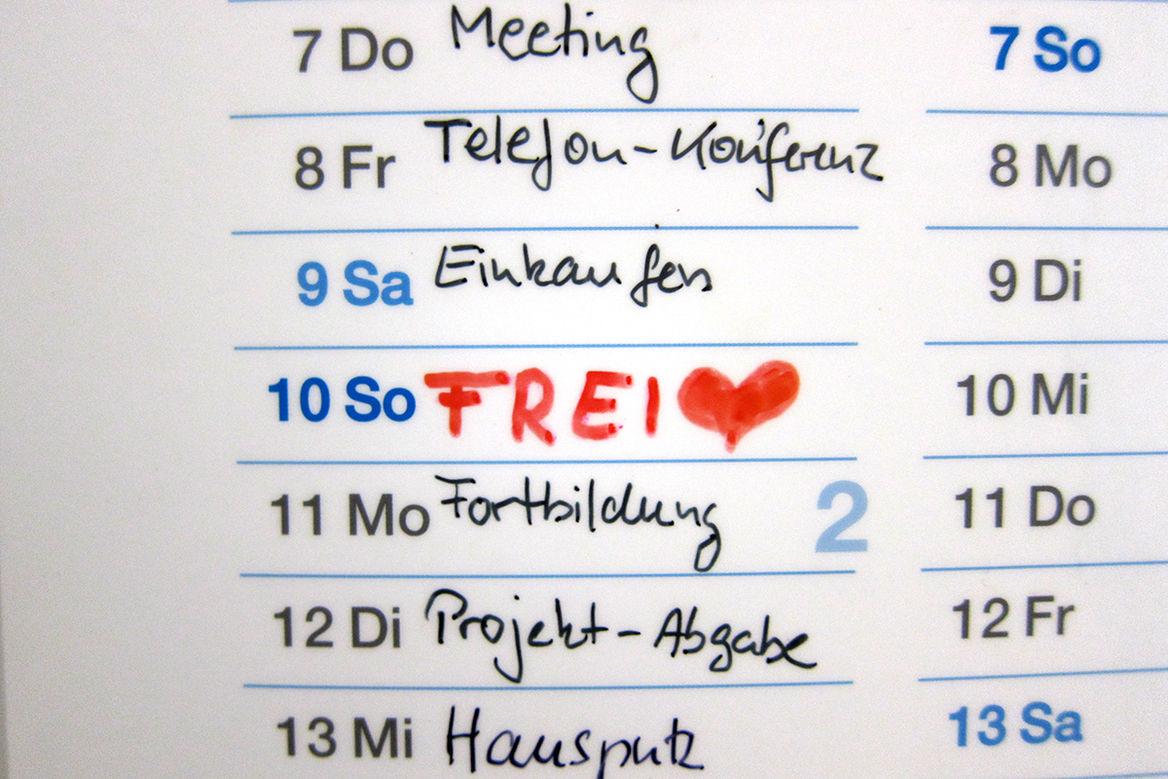 Terminkalender - Verschiedenen Termine in ein Kalender eingetragen - Bei Sonntag steht in roter Schrift und Großbuchstaben FREI mit einem roten Herz dahinter. - Copyright: Katja Launer