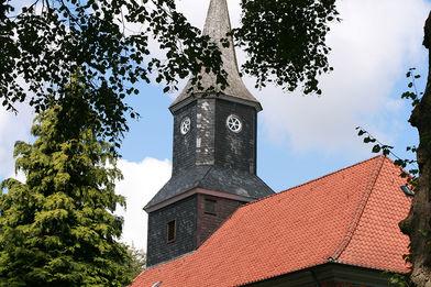 Außenansicht der Elisabeth-Kirche in Brunstorf, quer