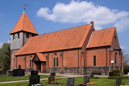 Seitliche Außenansicht der Pötrauer Kirche