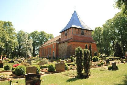 Friedhof vor St. Dionys und St. Jakobus in Lütau
