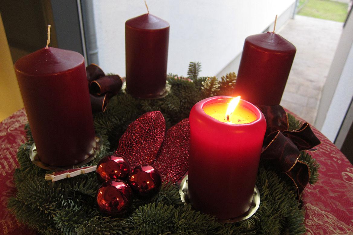 Adventskranz mit 4 Kerzen, eine Kerze leuchtet