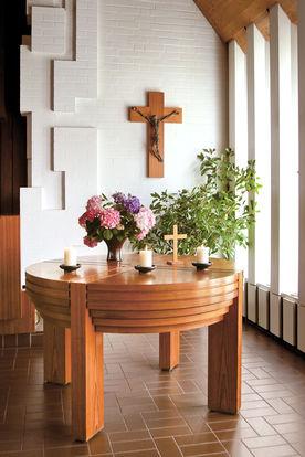Blick auf den runden Holzaltar der Martin-Luther-Kirche Wentorf
