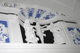 Nahaufnahme von Figuren der Chorscheidewand in St. Georg