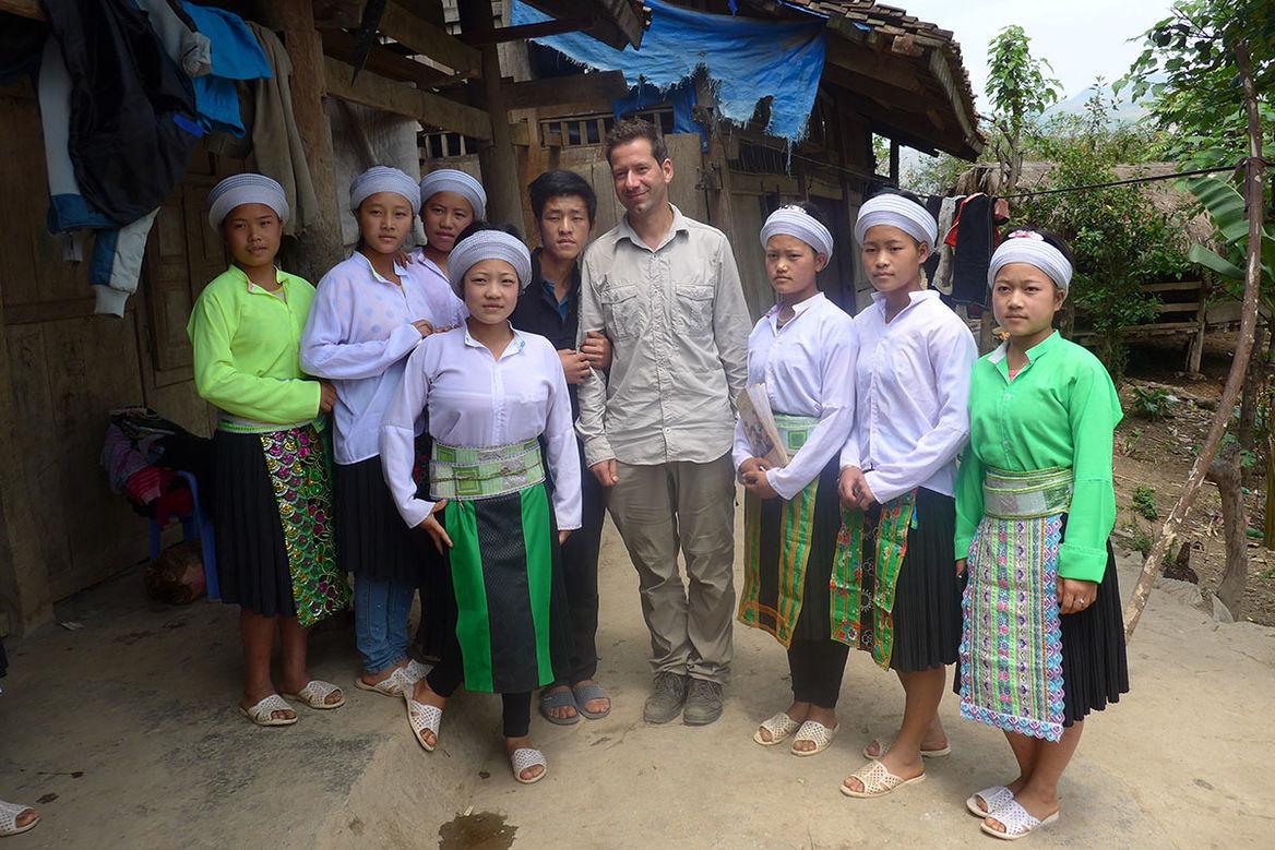 Pastor Kai Feller mit Anhänger*innen der Duong Van Minh Religion nach einem Gottesdienst - Copyright: Kai Feller