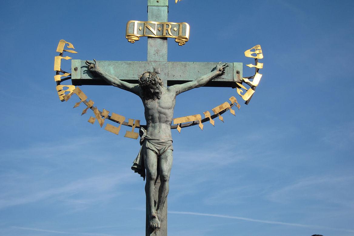 Der gekreuzigte Jesus Christus hängt am Kreuz