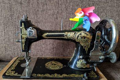 alte Nähmaschine mit Windmühle - Copyright: Ev. Frauenwerk