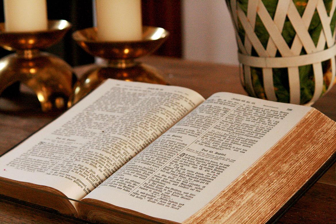 In etwa der Mitte aufgeschlagene Bibel