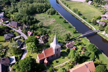 Eine Luftbildaufnahme der Maria-Magdalenen-Kirche in Berkenthin im Sommer. - Copyright: Heiko von Kiedrowski