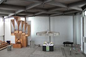 Blick von der Empore in den Innenraum der Bodelschwingh-Kirche mit Altar und Orgel - Copyright: Manfred Maronde