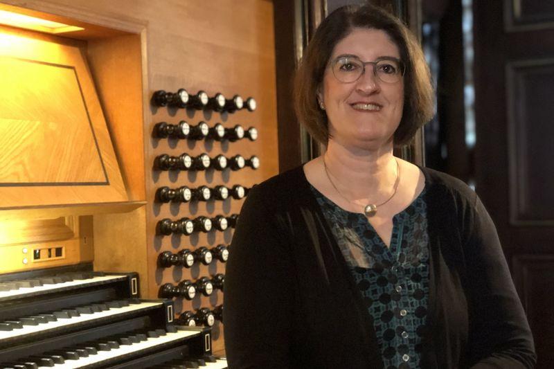 Ulrike Gast ist die neue Kreiskantorin für die Propstei Lübeck. Sie sitzt an der Orgel in St. Jakobi.
