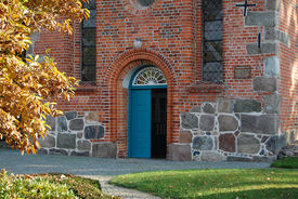 Blick auf die Eingangstür in St. Georg - Copyright: Ev.-Luth. Kirchenkreis Lübeck-Lauenburg