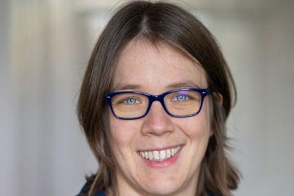 Das Portait einer Frau mit Brille und kinnlangen Haaren. Sie lächelt freundlich . - Copyright: Filitz