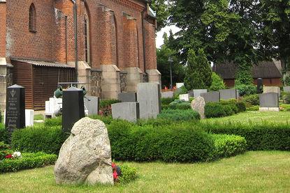 Gräber neben der Katharinenkapelle in Witzeeze