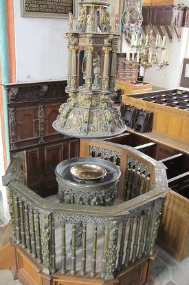 Das erhöhte Taufbecken in St. Jakobi mit hängendem Taufdeckel - Copyright: Peter Müller