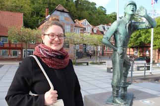 Frau vor Statue in Lauenburg - Copyright: Oliver Pries