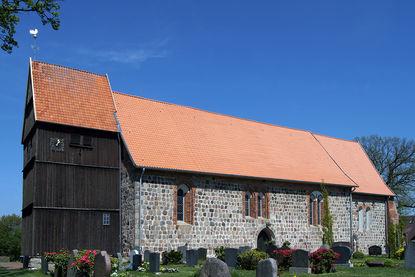 Außenansicht von St. Johannis Sterley von der Seite - Copyright: Manfred Maronde