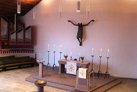 Blick aus schrägem Winkel auf den Altar und Teile der Orgel - Copyright: Ev.-Luth. Kirchenkreis Lübeck-Lauenburg