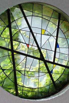 Ein grünes, rundes Kirchenfenster in St. Philippus - Copyright: Manfred Maronde