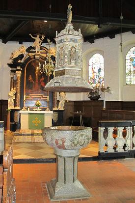 Blick auf das Taufbecken mit hängendem Taufdeckel - Copyright: Ev.-Luth. Kirchenkreis Lübeck-Lauenburg