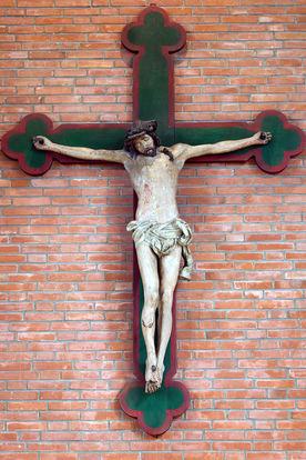 mittelalterlicher gestorbener Christus am neuen Kreuz vor Ziegelsteinwand - Copyright: Manfred Maronde
