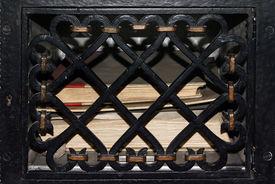 Naher Blick auf einen vergitterten Tresor mit Büchern darin - Copyright: Manfred Maronde