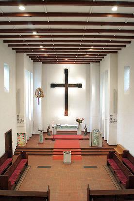 Ansicht des Altarraums der Heilig-Geist-Kirche Wohltorf von der Empore aus - Copyright: Manfred Maronde