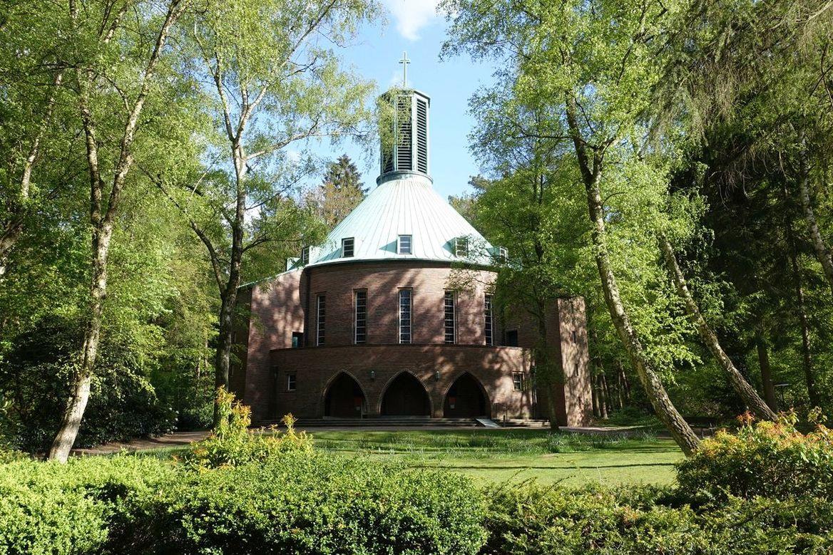 Bismarck-Gedächtnis-Kirche Aumühle - Eingangsbögen - mit einem grünen Podcasticon - Copyright: Ev.-Luth. Kirchengemeinde Aumühle