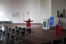 Der Innenraum der Kreuzkirche mit Altar und Kanzel - Copyright: Ev.-Luth. Kirchenkreis Lübeck-Lauenburg