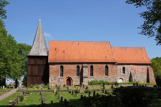 Außenansicht der Maria-Magdalenen-Kirche Mustin von der Seite - Copyright: Manfred Maronde