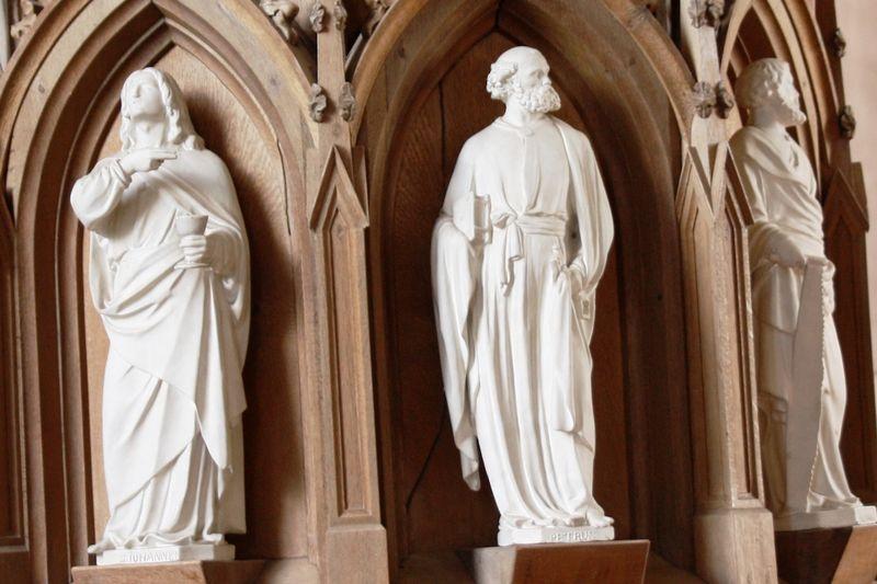 Engel in einer Kirche.