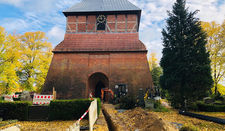 Derzeit werden die Rohre verlegt, die die Kirche bald mit dem Heizwerk verbinden.