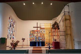 """Im rechten Teil des Altarraumes steht ein Gerüst. Der Altar ist durch ein """"Hungertuch"""" verdeckt"""