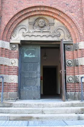 Blick auf Stufen und Eingangstür von St. Gertrud - Copyright: Ev.-Luth. Kirchenkreis Lübeck-Lauenburg