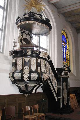 Die an der Wand befindliche barocke Kanzel in St. Lorenz Travemünde