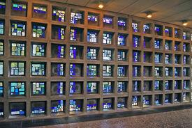 In kleine Betonstreben eingefasste Fenster der Glaswand - Copyright: Manfred Maronde