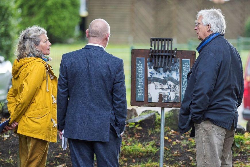 Zwei Künstler im Dialog mit einem Besucher vor einer Skulptur. - Copyright: Dirk Eisermann