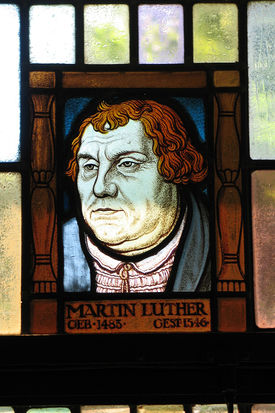 Ein Bleiglasfenster mit dem Porträt Martin Luthers - Copyright: Ev.-Luth. Kirchenkreis Lübeck-Lauenburg