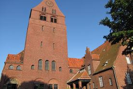Blick auf Kirchturm und Gemeindehaus von St. Gertrud - Copyright: Ev.-Luth. Kirchenkreis Lübeck-Lauenburg