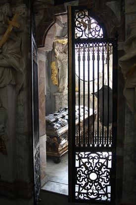 Blick durch eine Gittertür in eine Grabkapelle mit Sarkophag - Copyright: Ev.-Luth. Kirchenkreis Lübeck-Lauenburg