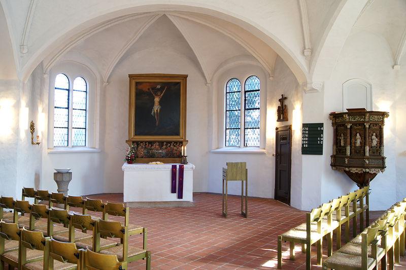 Blick durch den Innenraum auf den Altar der St-Jürgen-Kapelle