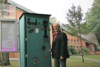 Ein Mann neben einem grünen Schrank - Copyright: Georg Gemander
