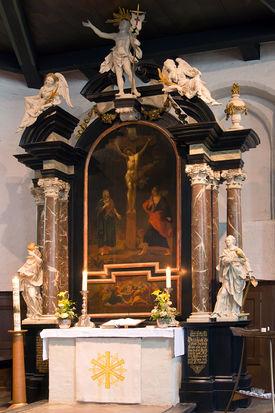 Altar mit Abendmahls-Predella, Kreuzigungs-Zentralgemälde und oben Figur des Auferstandenen, Engel auf Architraven und an Säulen - Copyright: Manfred Maronde