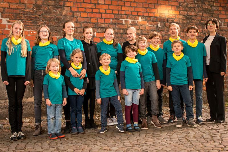 Der Kinder- und Jugendchor gastiert auf zwei auswärtigen Konzerten - in Westersee und in Lübeck. Auf dem Foto sind die Mädchen und Jungen in grünen T-Shirts zu sehen.