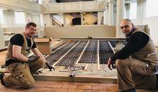 Marcel Hinrichsen und Jürgen Kreuzfeldt verlegen derzeit die Fußbodenheizung im Kircheninneren.