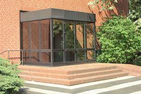 Der gläserne Vorbau am Eingang der Bugenhagenkirche - Copyright: Ev.-Luth. Kirchenkreis Lübeck-Lauenburg